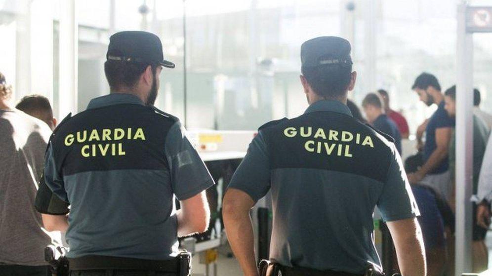 Foto: Imagen de archivo de dos guardias civiles. (EFE)