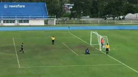 De la celebración al llanto en ocho segundos: el penalti fallido que acabó en gol (y con el portero humillado)