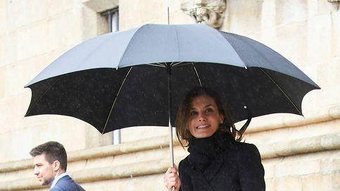 Los 17 abrigos negros de la Reina... más su última adquisición de Carolina Herrera