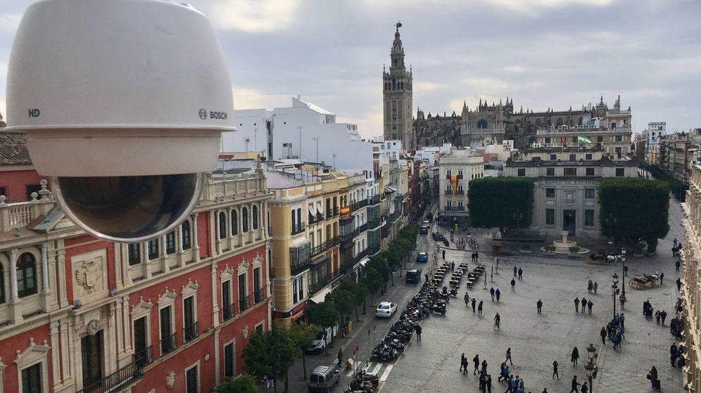 Foto: Cámaras de seguridad preparadas para la Semana Santa en Sevilla.