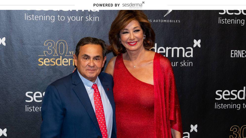 Foto: El presidente de Sesderma Gabriel Serrano junto a la presentadora Ana Rosa Quintana durante la edición de los Premios Mujer Sesderma y 30 aniversario de la compañía dermocosmética (Foto: Fernando Gutiérrez).