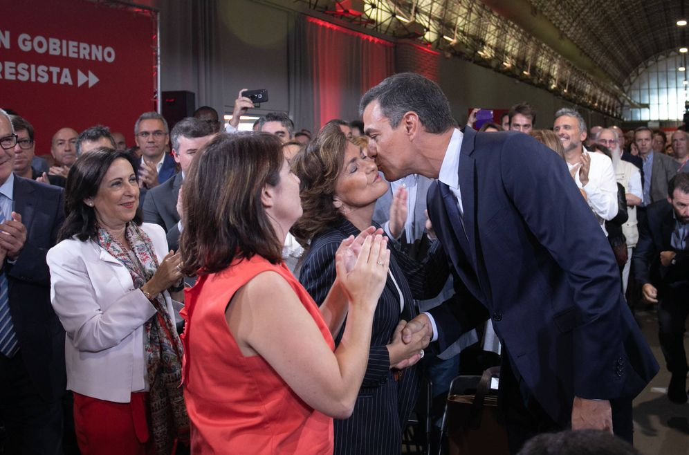 Foto: Pedro Sánchez saluda a Carmen Calvo y Adriana Lastra durante la presentación de su 'Programa común progresista', este 3 de septiembre en Madrid. (Eva Ercolanese | PSOE)