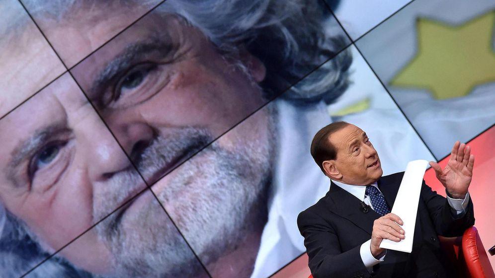 Foto: Silvio Berlusconi y, de fondo, Beppe Grillo. (EFE)