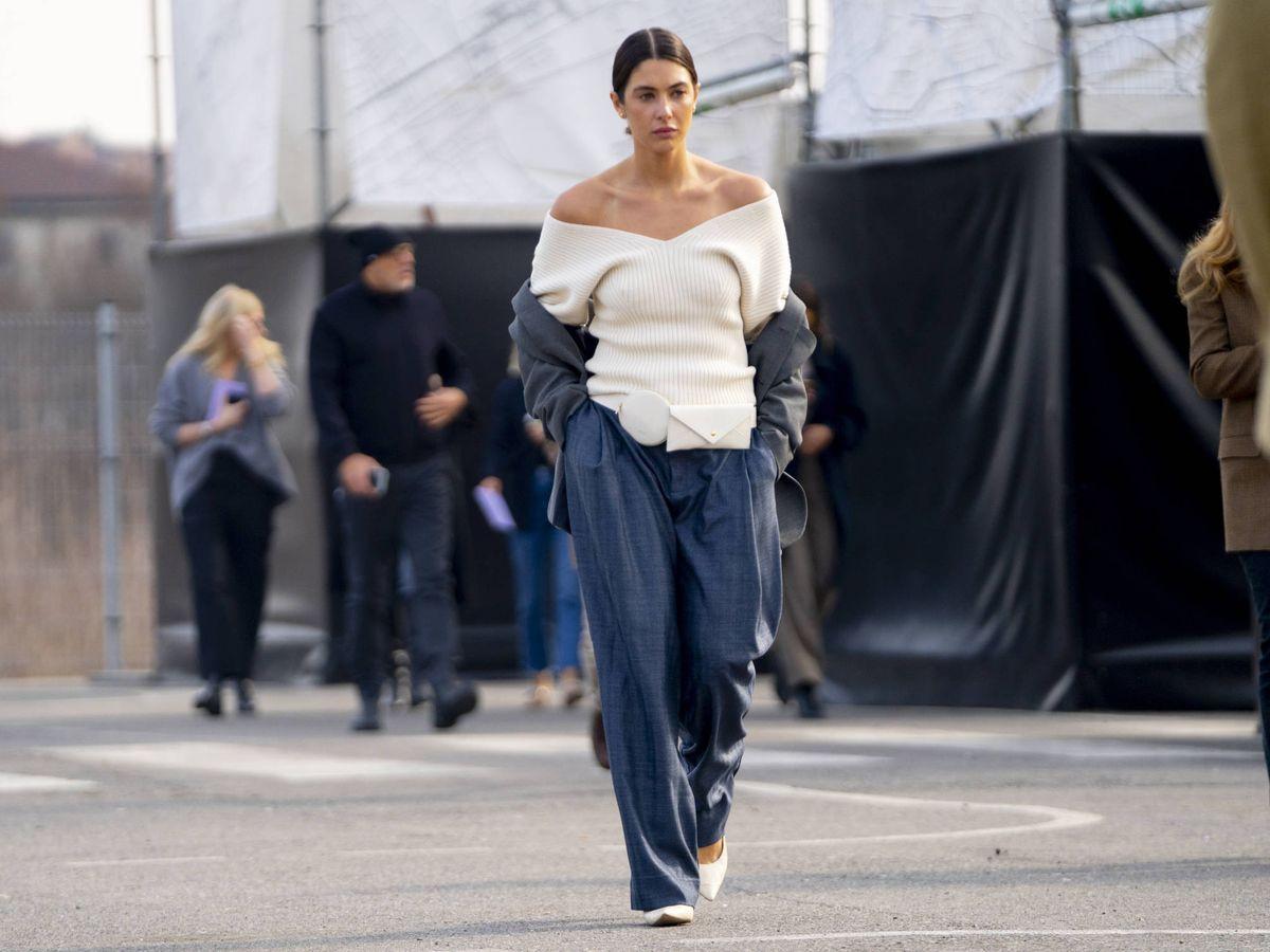 Foto: Una insider paseando por las calles de Milán con unos relaxed jeans. (Imaxtree)