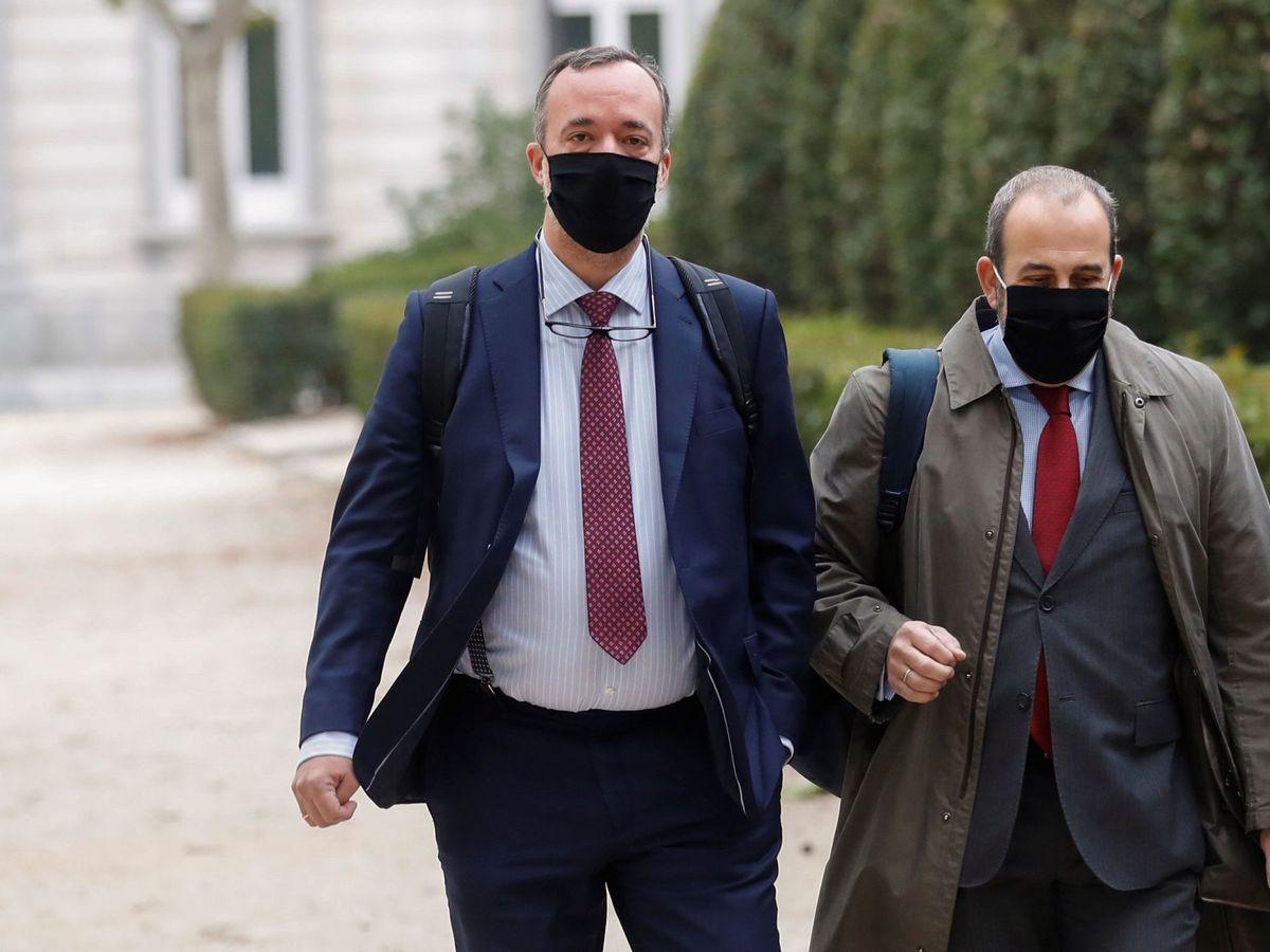 El exsecretario de Estado de Seguridad, Francisco Martínez (i) junto a su abogado, a su llegada este jueves a la Audiencia Nacional. (EFE)