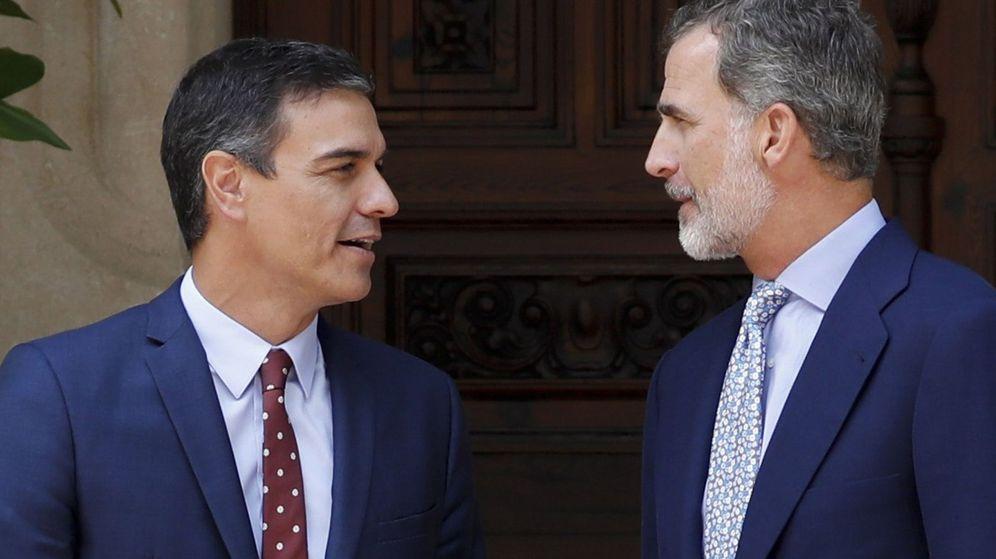 Foto: Felipe VI y el presidente del Gobierno en funciones, Pedro Sánchez, en la entrada del Palacio de Marivent. (EFE)