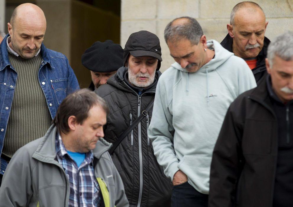 Foto: El etarra Iosu Uribetxebarria Bolinaga (c, con gorra), a su salida al juzgado de Bergara. (EFE)