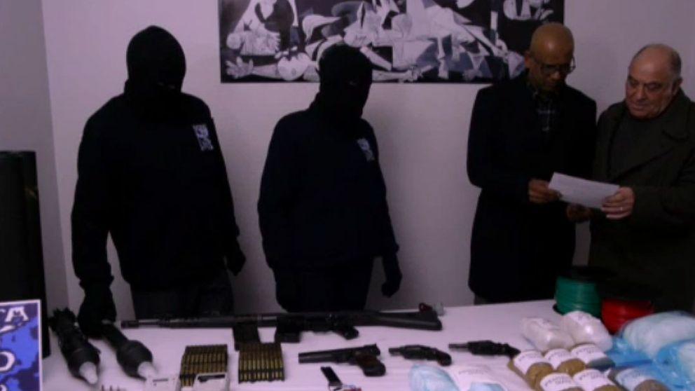 ETA entrega una muestra simbólica de sus armas y condiciona el resto