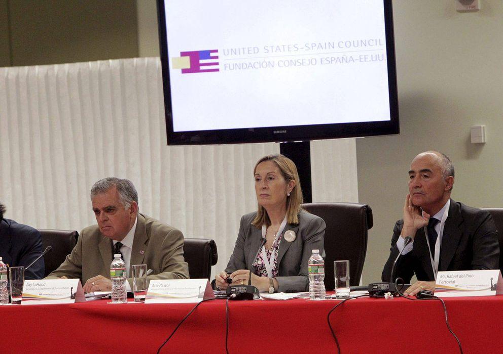 Foto: Ana Pastor, junto a Rafael del Pino, presidente ejecutivo de Ferrovial. (Efe)