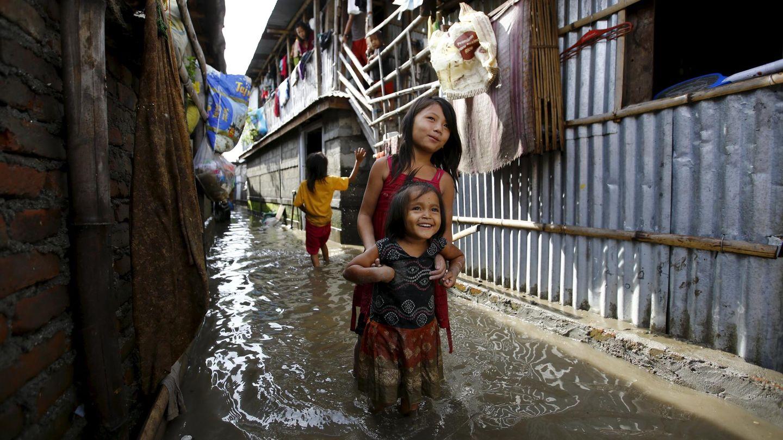 Las calles de este barrio de chabolas en Katmandú están estancadas por el agua y el barro. (Reuters)