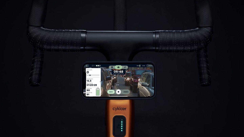Función de retrovisor, útil de cara a la seguridad. Y el smartphone podrá recargarse durante la marcha, también muy práctico en las rutas más largas.