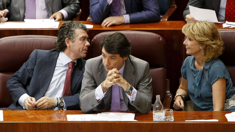 Foto: La expresidenta de la Comunidad de Madrid, Esperanza Aguirre, conversa con el exsecretario general del PP madrileño, Francisco Granados (i). (EFE)