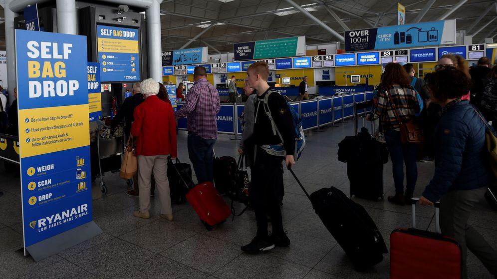 Foto: Varias personas, haciendo cola en el aeropuerto de Stansted, Londres. (Reuters)