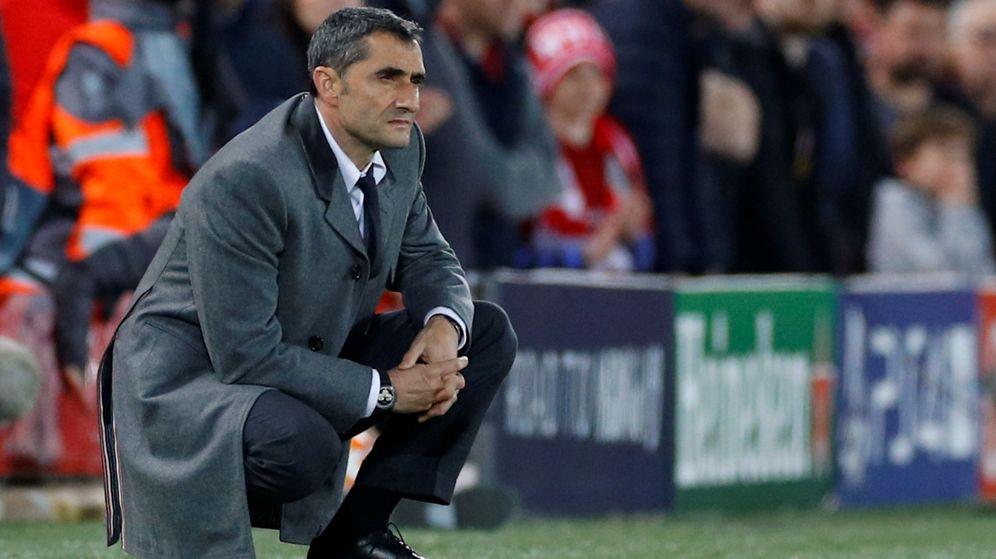 Foto: Ernesto Valverde, impasible, observa a su equipo en la derrota contra el Liverpool en Anfield. (Reuters)