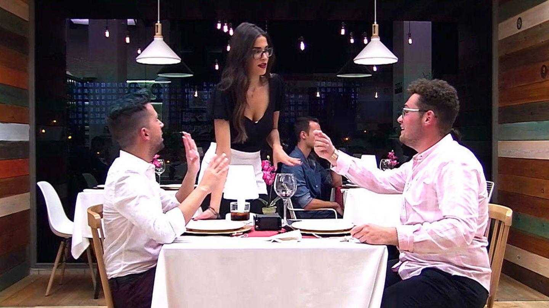 Francisco pidiendo que humillen a Ignacio en 'First Dates'. (Cuatro)