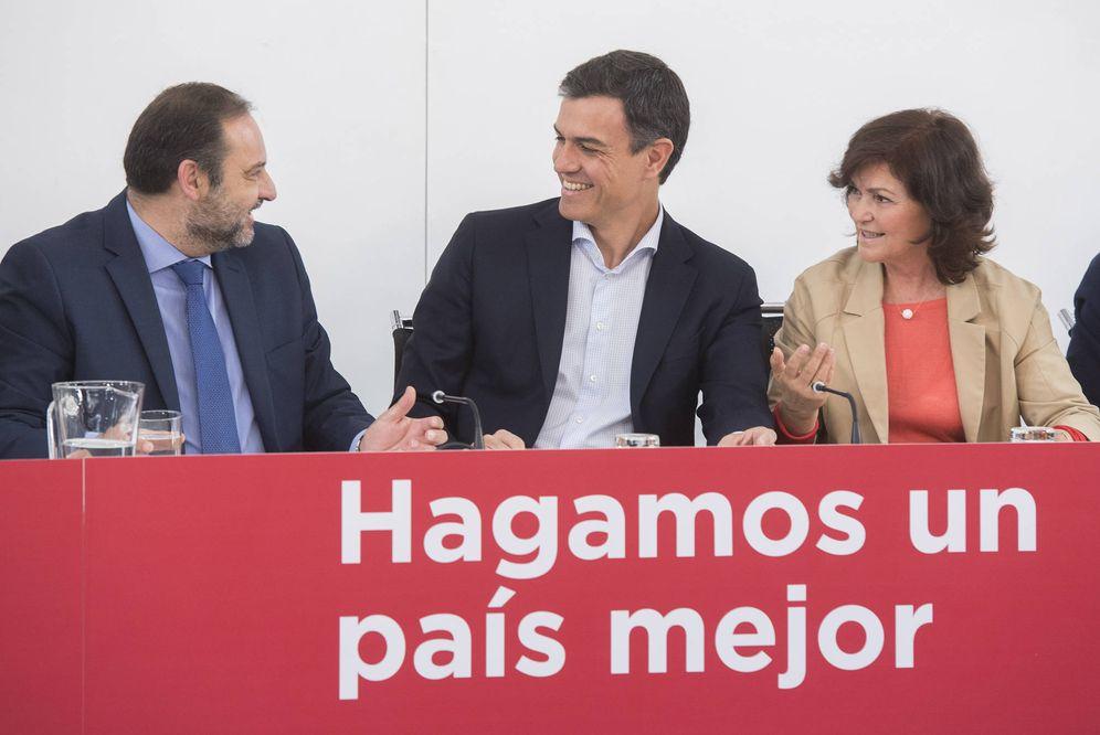 Foto: Pedro Sánchez, junto a José Luis Ábalos y Carmen Calvo, este 21 de mayo en Ferraz. (Borja Puig   PSOE)