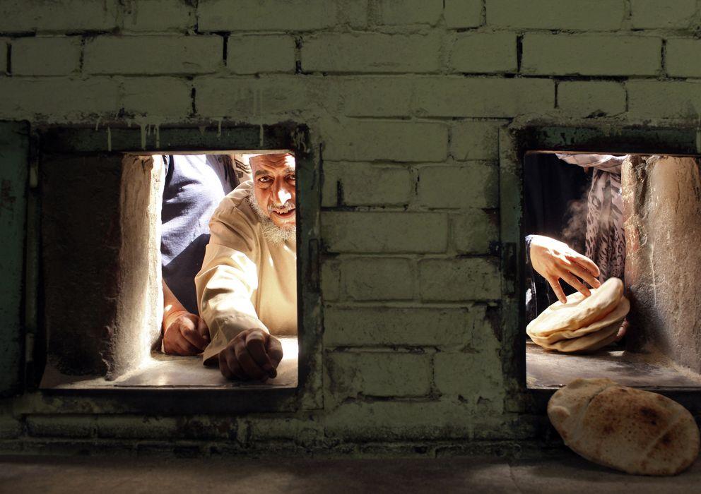 Foto: Colas para recibir pan subsidiado el pasado verano en una panadería de Alejandría, en Egipto (Reuters).