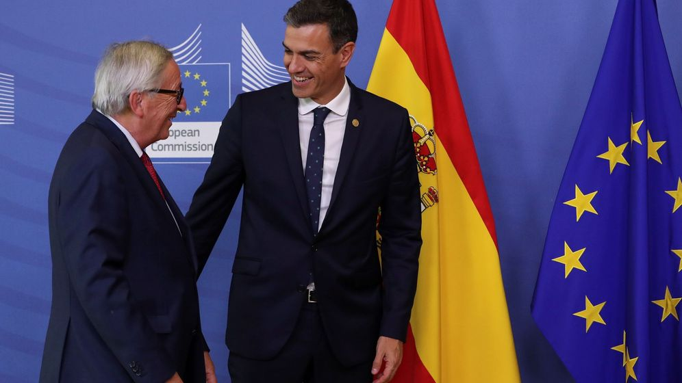 Foto: Pedro Sánchez charla con Jean-Claude Juncker, presidente de la Comisión Europea. (EFE)