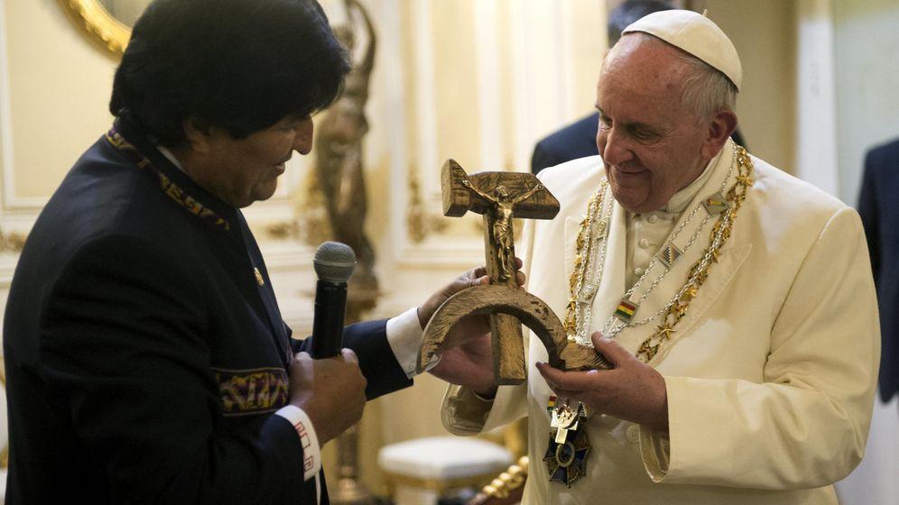 Foto: El papa Francisco recibe una escultura con la forma de la hoz y el martillo del expresidente de Bolivia Evo Morales en su visita a La Paz. (Reuters)