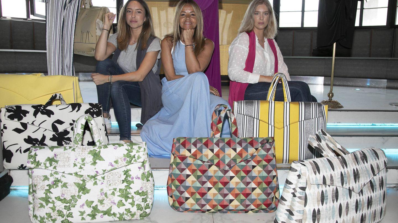 Las hermanas con su tía Begoña y los bolsos que diseña. (Luis Miguel González)