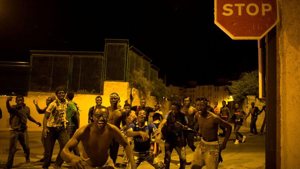Foto: Cerca de doscientos inmigrantes cruzan a la carrera la frontera con Ceuta. (Reuters)