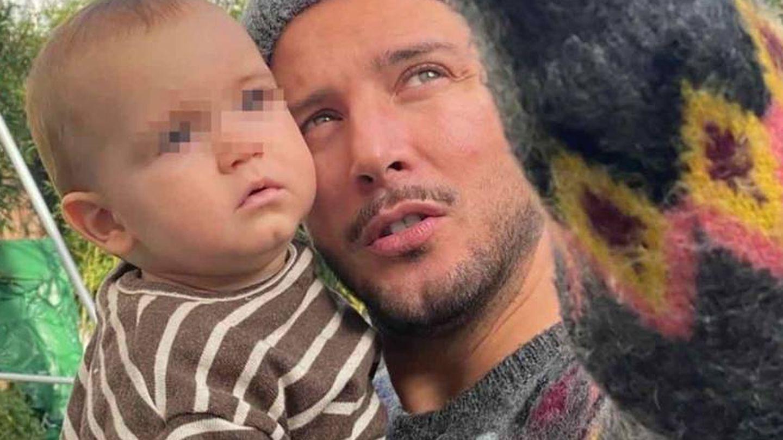 Manuel Carrasco y su hijo pequeño. (IG @almunavalon)