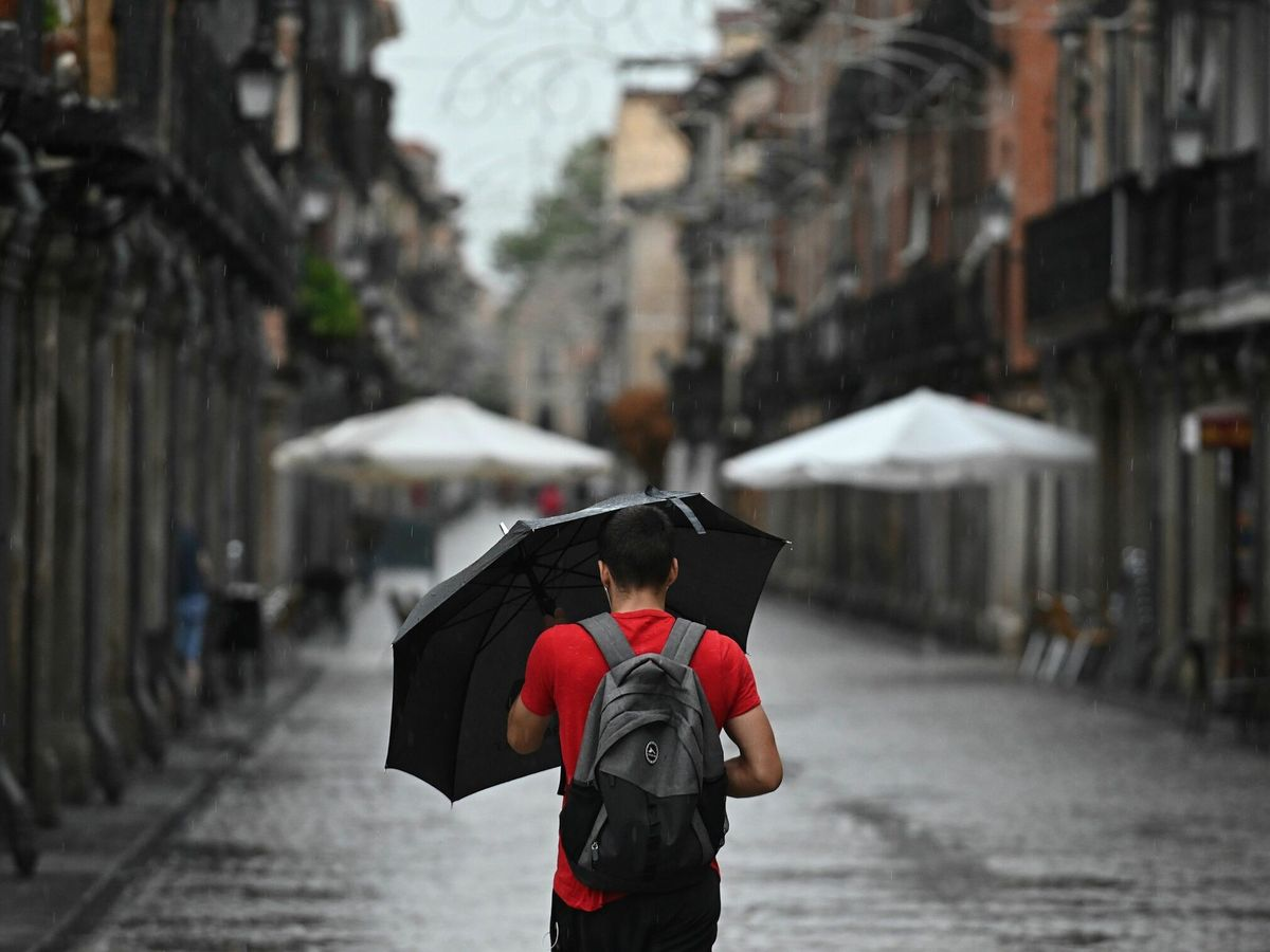Foto: Un hombre con un paraguas en Madrid. (EFE)