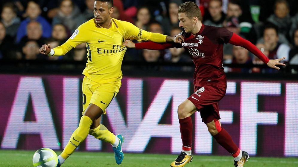 Foto: El catalano-albanés Iván Balliu forcejea con Neymar. (Reuters)