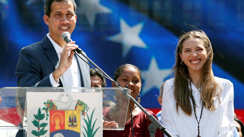 Juan Guaidó y su esposa Fabiana Rosales hablan frente a la multitud. (Reuters)