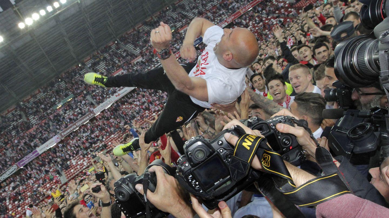 Abelardo, entrenador del Sporting, manteado el día de la salvación.