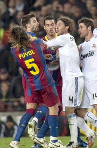 Foto: Ramos y Piqué abren una brecha en la defensa de la Selección