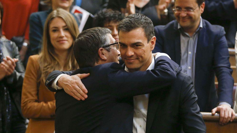 Foto: Los candidatos del Partido Socialista a las primarias, Patxi López y Pedro Sánchez, abrazados en el Congreso el pasado 28 de abril. (EFE)