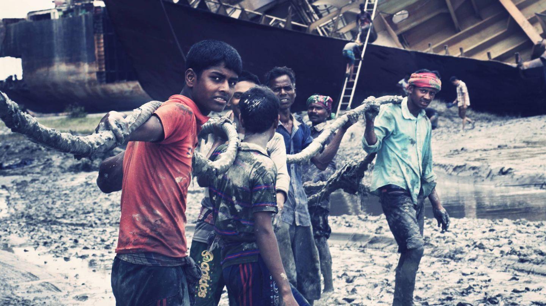 Trabajadores, en una playa de Bangladés donde se desguazan barcos. (Andreas Ragnarsson)