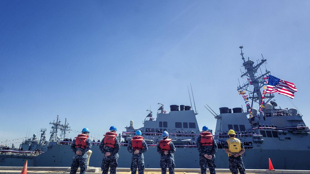 Foto: Operarios frente al navío USS Porter, en la Base Naval de Rota. (EFE)
