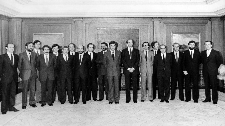 EL REY DE ESPAÑA JUAN CARLOS I CON EL GOBIERNO DE ESPAÑA DEL PARTIDO SOCIALISTA OBRERO ESPAÑOL DE 1982 EL PRESIDENTE DEL GOBIERNO FELIPE GONZALEZ Y LOS MINISTROS ALFONSO GUERRA , MIGUEL BOYER , JOSE BARRIONUEVO , EDUARDO SERRA , FERNANDO MORAN , NARCIS SERRA , JAVIER SOLANA , CARLOS SOLCHAGA , JOAQUIN ALMUNIA , ERNEST LLUCH