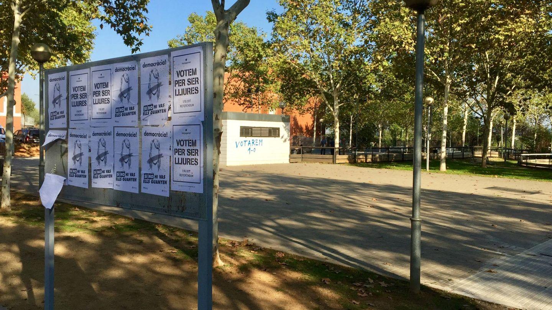 Carteles y pintada a favor del 1-O en la calle de Menorca de Badia. (J. R.)