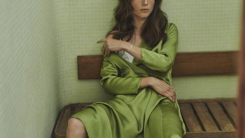 El vestido satinado de Massimo Dutti es ideal para invitadas de boda en septiembre
