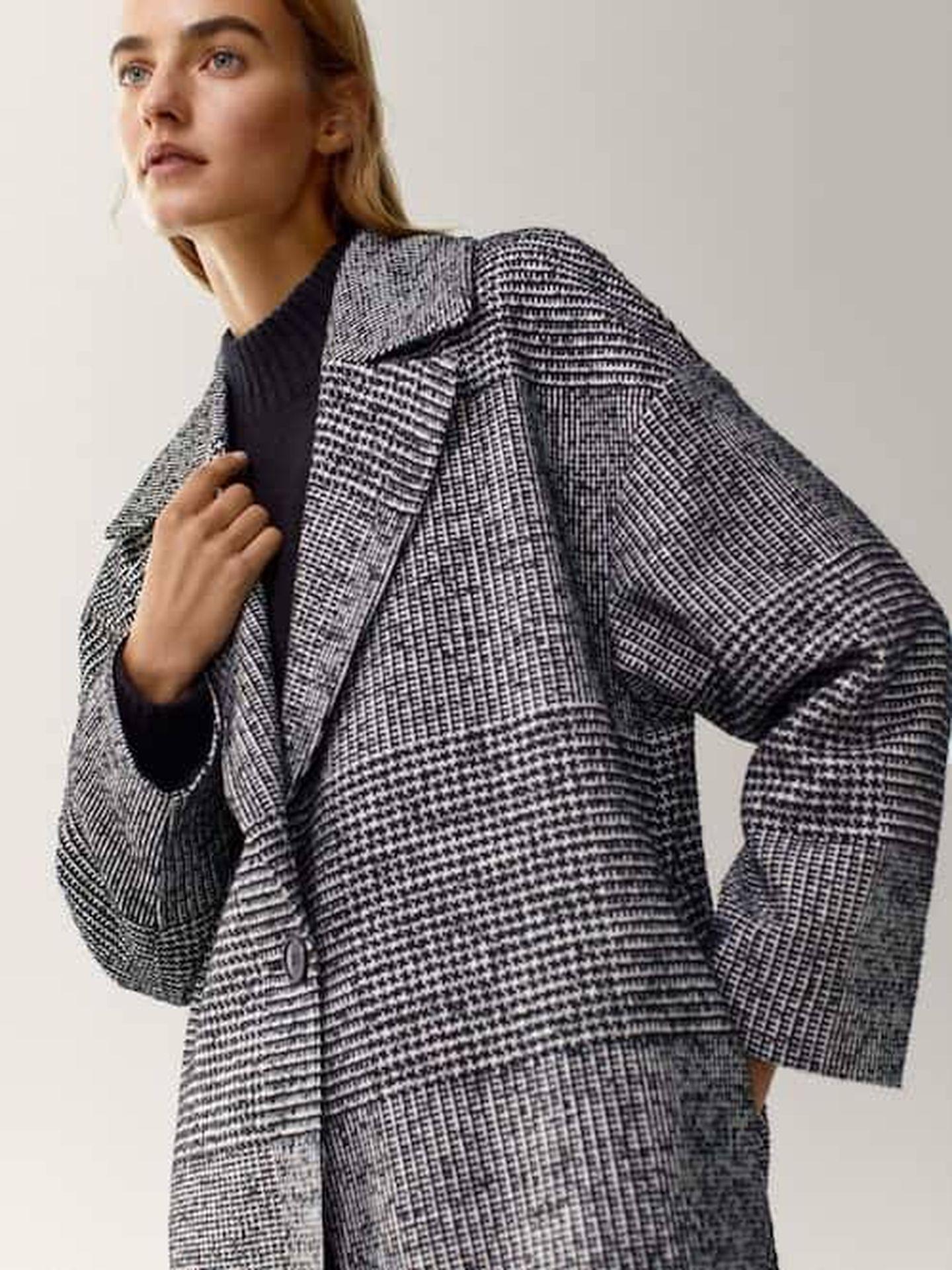 El abrigo de Massimo Dutti. (Cortesía)