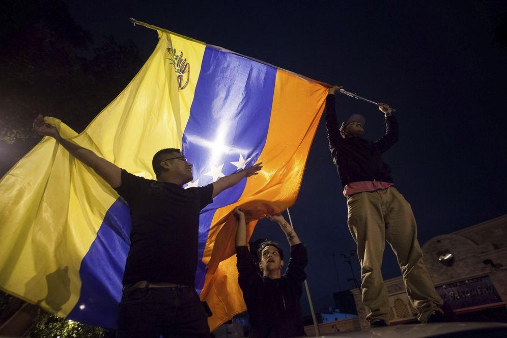 Foto: Un grupo de personas celebra la victoria obtenida por la coalición opositora Mesa de Unidad Democrática (MUD) en Caracas (Efe).
