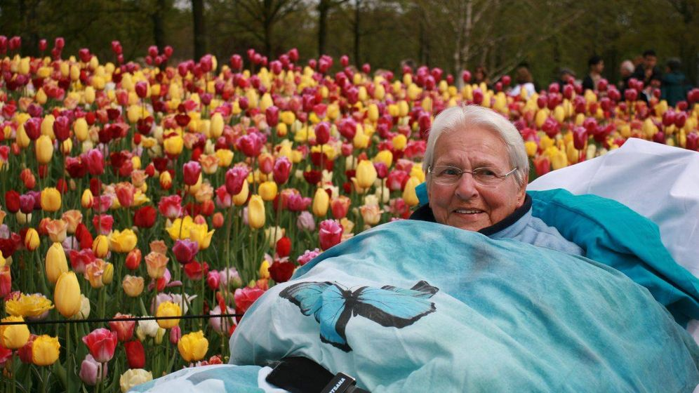 Foto: Una mujer cumpliendo su último deseo. (Wensambulance.nl)
