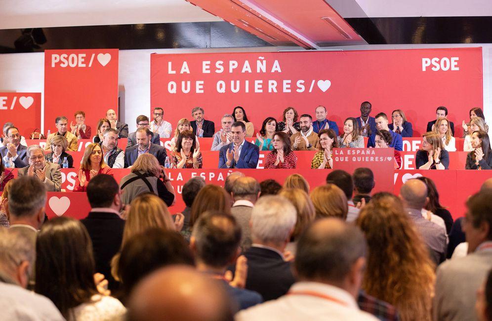 Foto: Pedro Sánchez y su ejecutiva, en la reunión del comité federal del PSOE del pasado 17 de marzo en el hotel Novotel Madrid Center de la capital. (Eva Ercolanese | PSOE)