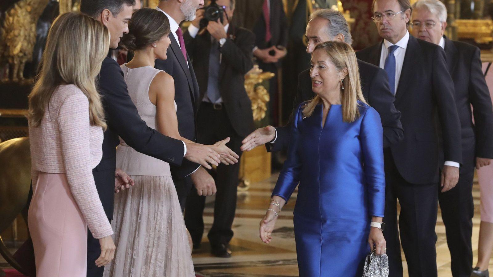 Foto: Sánchez y su esposa, a la derecha de los Reyes en la recepción en Palacio. (EFE)
