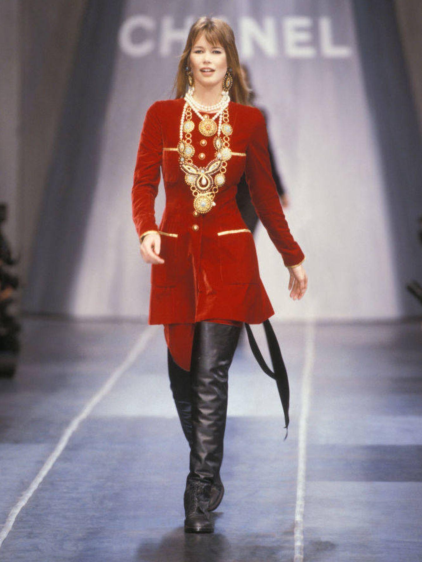 Claudia Schiffer, en un desfile de Chanel de los años 90. (Getty)