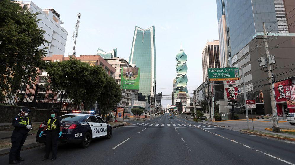 Foto: Oficiales de policía en las calles vacías de Ciudad de Panamá. (Reuters)