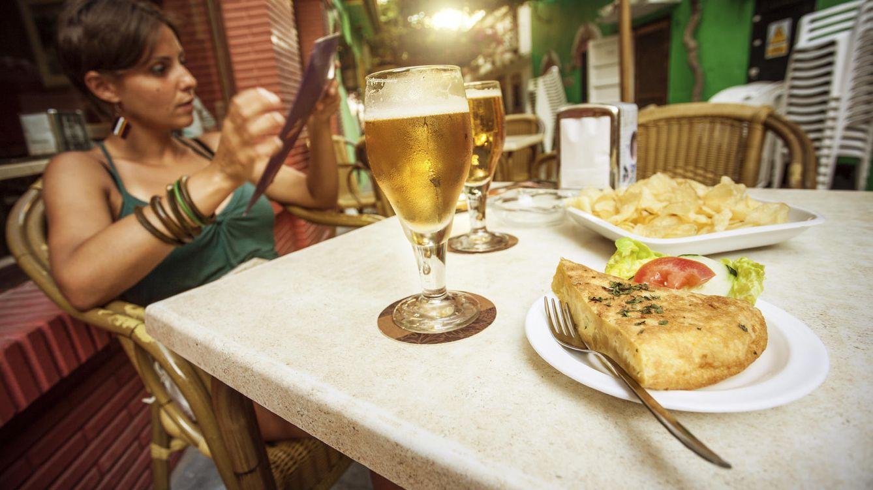 Foto: Cerveza, sol y tortilla: el paraíso de las bacterias. ¿O no? (iStock)