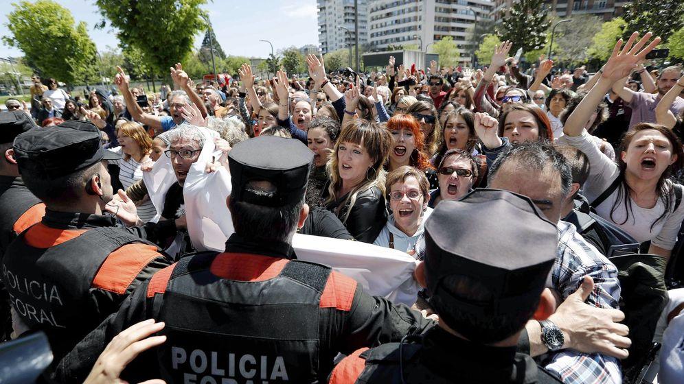 Foto: Momentos de tensión al conocer la sentencia contra La Manada en Pamplona. (EFE)