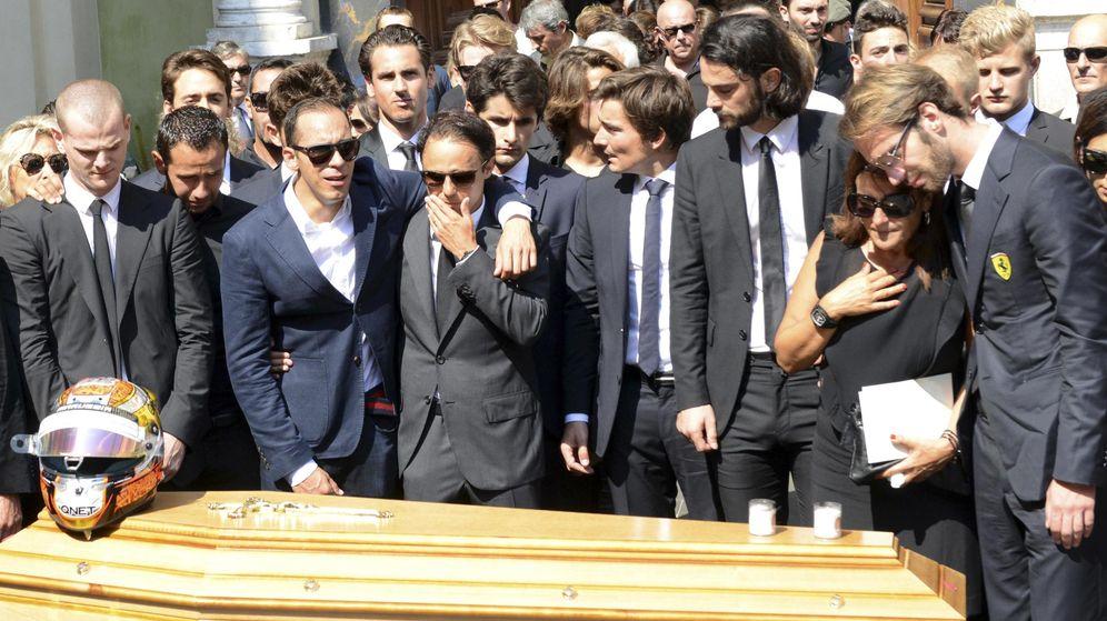 Foto: Jean-Eric Vergne, Felipe Massa, Pastor Maldonado y otros pilotos durante el funeral de Jules Bianchi celebrado el martes (Reuters)