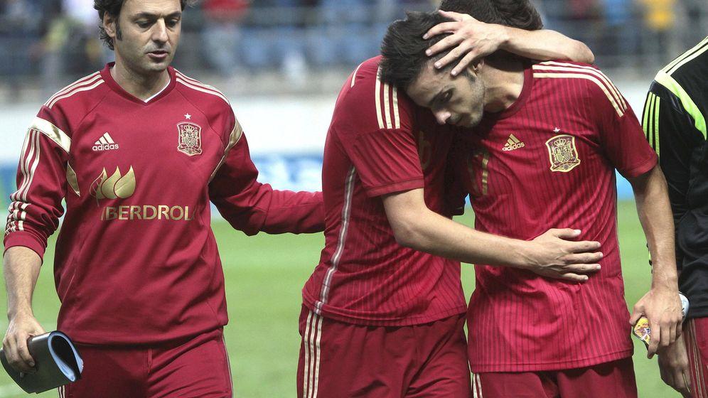 Foto: Los jugadores de la selección española sub-21 se lamentan tras su derrota ante Serbia (Efe).