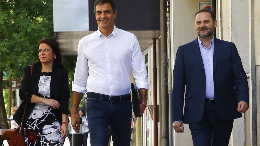 Foto: Pedro Sánchez a su llegada a Ferraz con Adriana Lastra y José Luis Ábalos. (EFE)