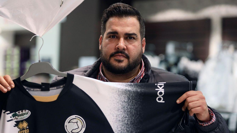 Foto: El presidente del Unionistas Salamanca, Miguel Ángel Sandoval, con la camiseta de su equipo. (EFE)